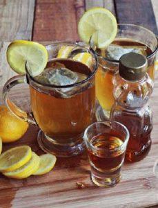 Thưởng thức cocktail trà nóng ngọt ngào