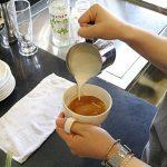 hình cách rót sữa cafe latte