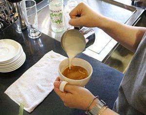 Phương pháp tạo bọt và rót sữa pha cafe Latte Art