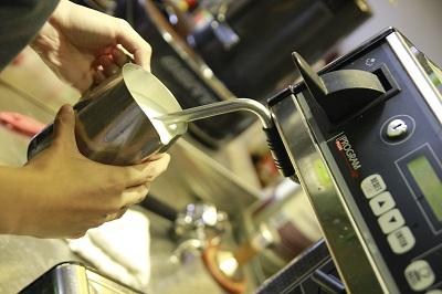 cách tạo bọt sữa trong Barista