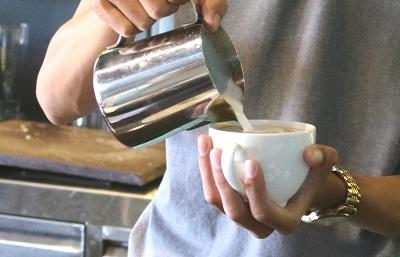khoảng cách rót sữa Latte Art
