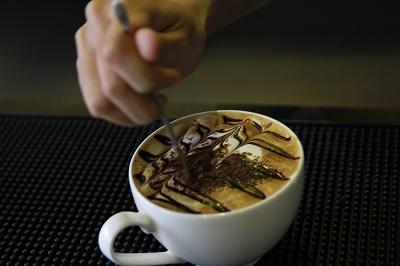 học tạo hình trên ly cafe trong Barista