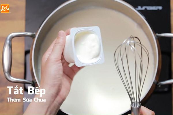 Hòa tan 1 hũ sữa chua vào nồi sữa