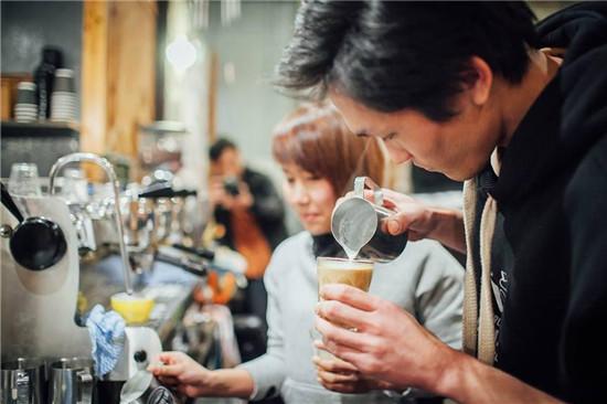 barista cẩn thận tỉ mỉ