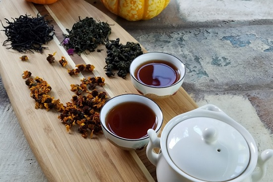 hình pha trà sữa bằng trà đen