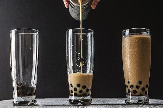 hình pha trà sữa trân châu bằng trà đen