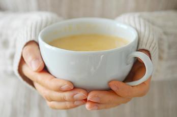 uống trà sữa nóng