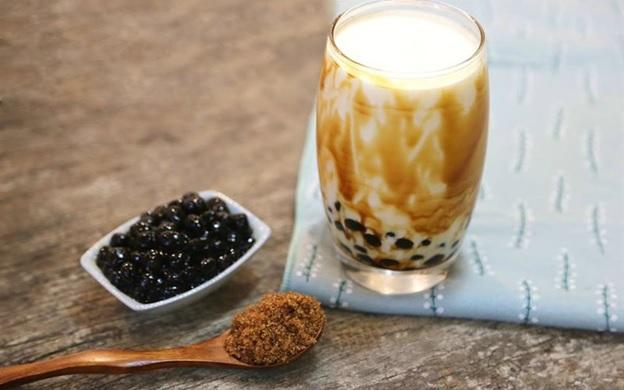 Tạo viền trên thành ly làm cho ly sữa tươi trân châu đường đen hấp dẫn