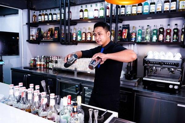 Bartender rất đam mê và am hiểu các loại rượu