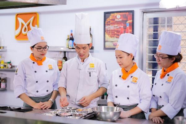Con gái học nghề bếp tại Việt Nam